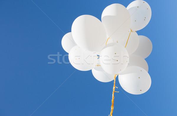 Witte helium ballonnen blauwe hemel vakantie Stockfoto © dolgachov