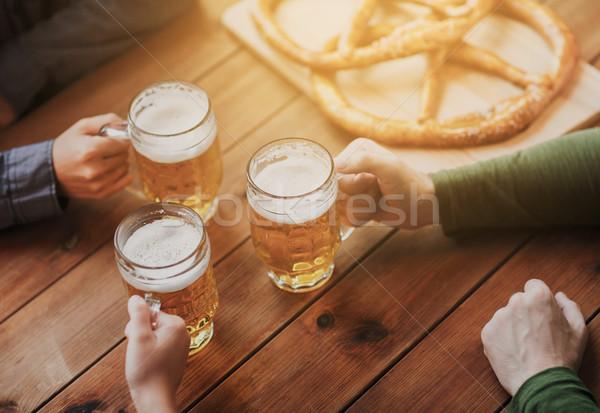 Hände Bier bar Veröffentlichung Menschen Stock foto © dolgachov