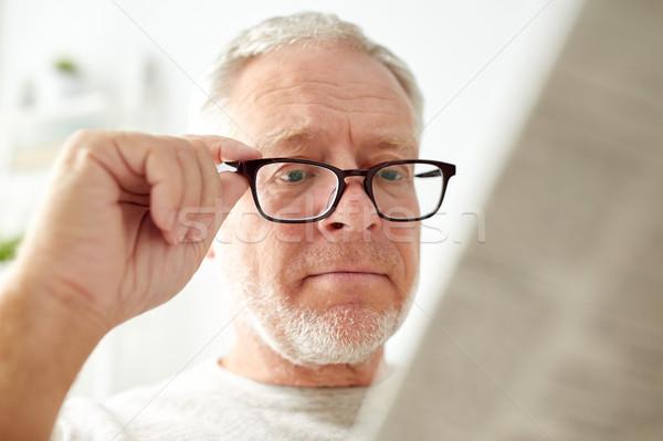 Yaşlı adam gözlük okuma gazete boş Stok fotoğraf © dolgachov