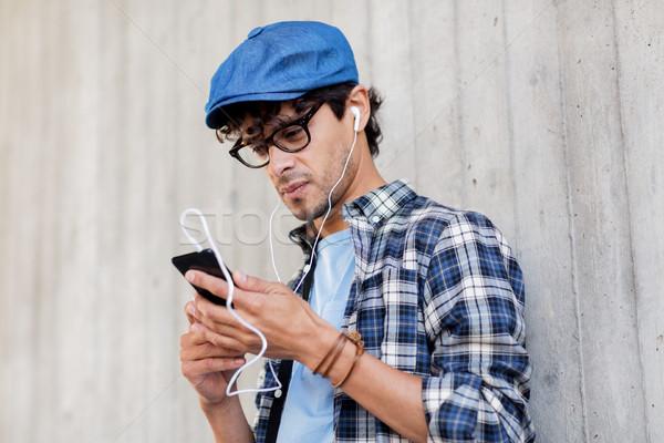 Człowiek smartphone słuchania muzyki ludzi Zdjęcia stock © dolgachov