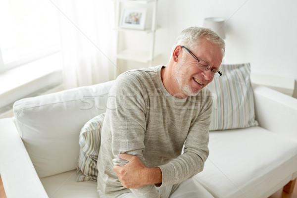 Ongelukkig senior man lijden elleboog pijn Stockfoto © dolgachov
