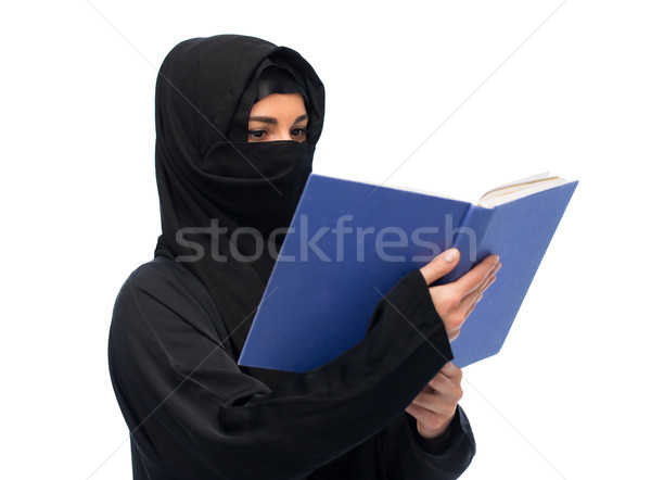 Musulmans femme hijab lecture livre blanche Photo stock © dolgachov