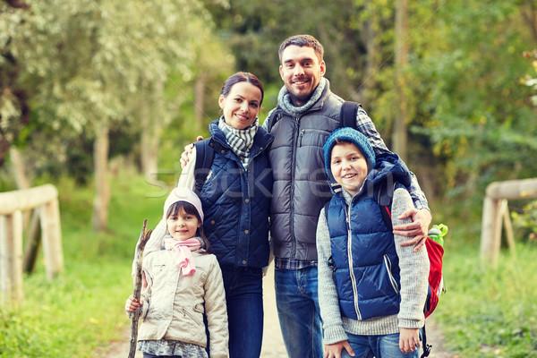 Família feliz caminhadas aventura viajar turismo marcha Foto stock © dolgachov