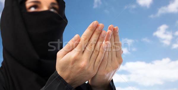 Dua eden Müslüman kadın başörtüsü gökyüzü Stok fotoğraf © dolgachov