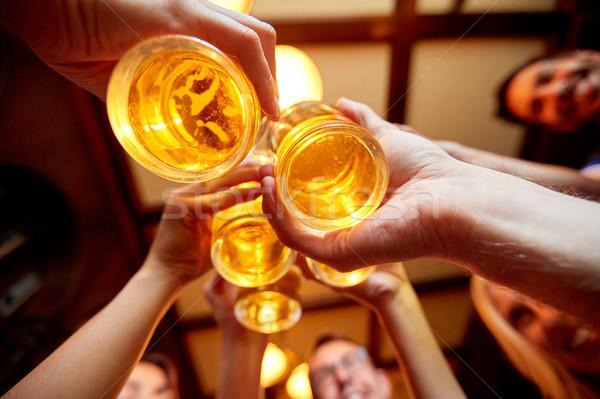Freunde Bier Gläser Veröffentlichung bar Menschen Stock foto © dolgachov