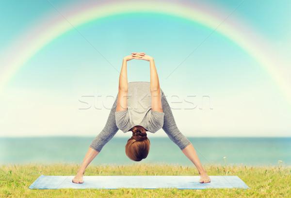 Donna yoga inoltrare fitness Foto d'archivio © dolgachov