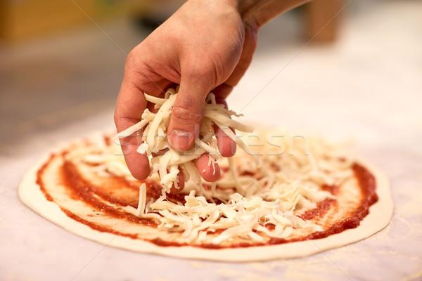 Pişirmek el peynir pizza pizzacı Stok fotoğraf © dolgachov