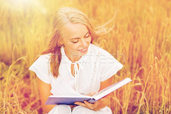 улыбаясь чтение книга зерновых области Сток-фото © dolgachov