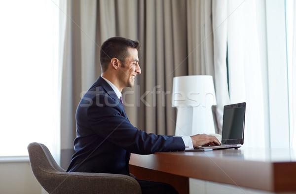 Zakenman typen laptop hotelkamer zakenlieden technologie Stockfoto © dolgachov