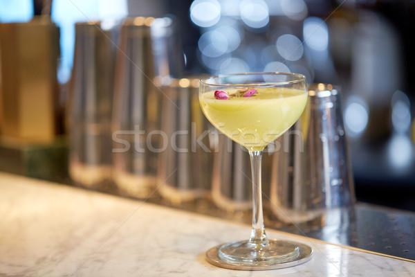 Cam kokteyl bar alkol içecekler lüks Stok fotoğraf © dolgachov
