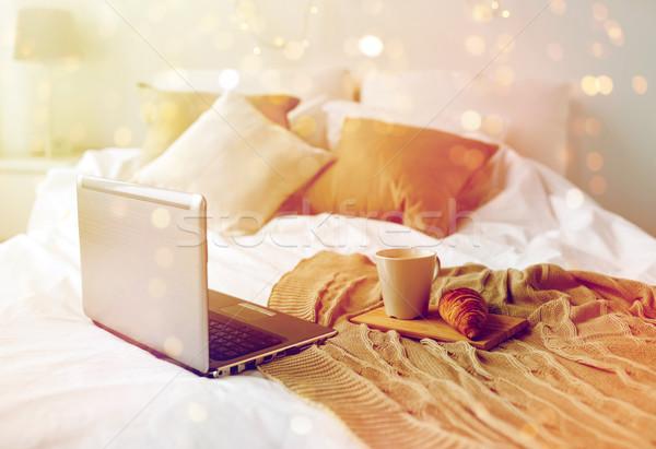 Portable café croissant lit confortable maison Photo stock © dolgachov