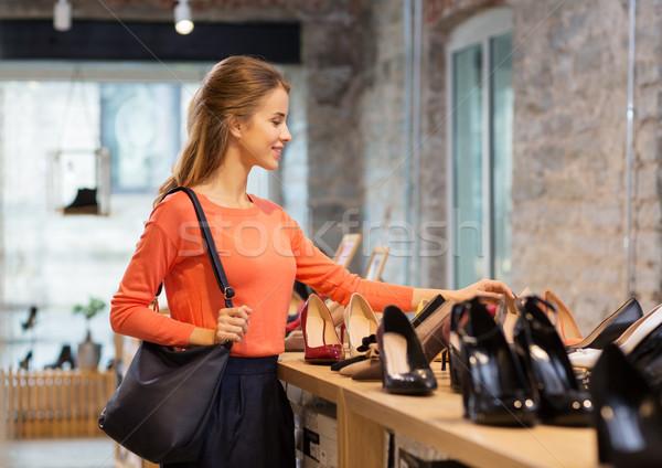 Boldog fiatal nő választ cipők bolt vásár Stock fotó © dolgachov