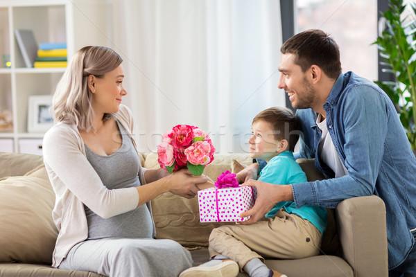 Famiglia presenti incinta madre home vacanze Foto d'archivio © dolgachov