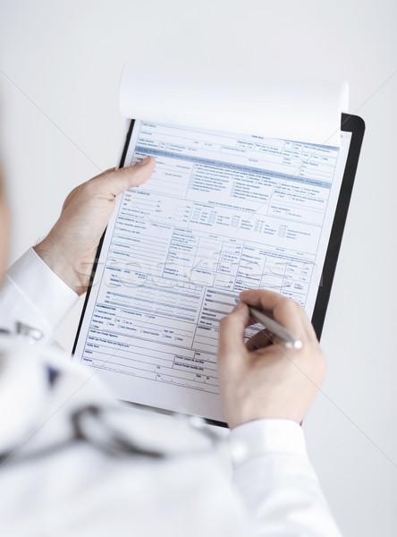 Médico do sexo masculino prescrição papel mão Foto stock © dolgachov