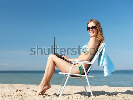 Glimlachend jonge vrouw zonnebaden salon strand zomervakantie Stockfoto © dolgachov