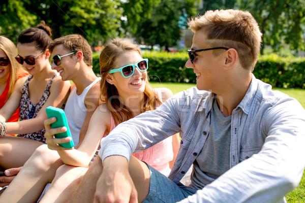 улыбаясь друзей смартфон дружбы отдыха Сток-фото © dolgachov