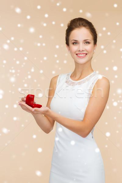 Foto d'archivio: Donna · sorridente · rosso · scatola · regalo · anello · wedding