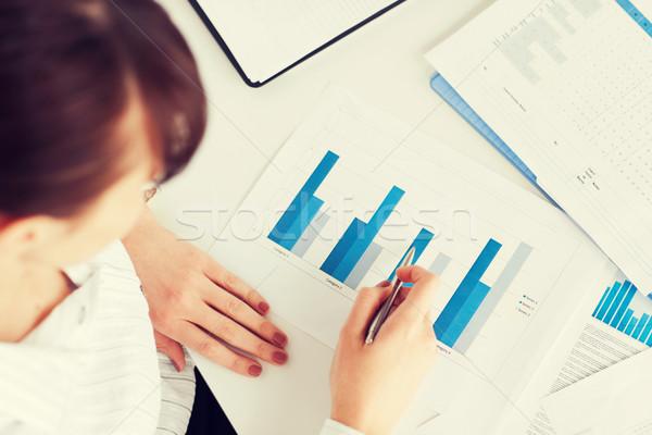 女性 手 チャート 論文 ビジネス オフィス ストックフォト © dolgachov