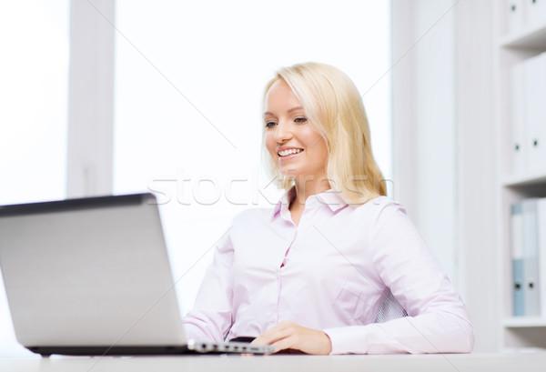 Sorridente empresária estudante laptop educação negócio Foto stock © dolgachov
