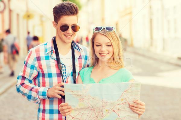 Foto stock: Sonriendo · Pareja · mapa · foto · cámara · ciudad