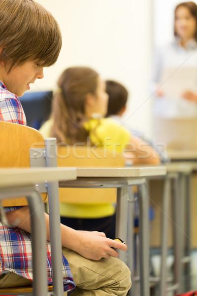 Iskolás fiú okostelefon lecke osztályterem oktatás általános iskola Stock fotó © dolgachov