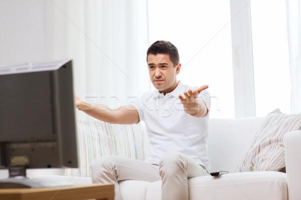 Teleurgesteld man kijken tv home mensen Stockfoto © dolgachov