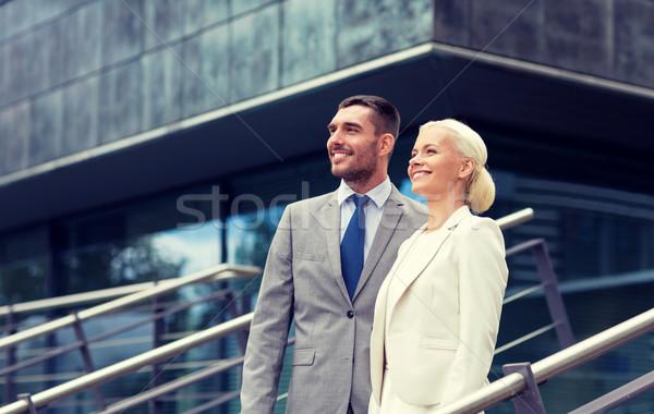 Souriant affaires permanent immeuble de bureaux affaires association Photo stock © dolgachov