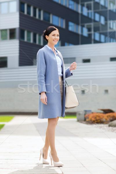Młodych uśmiechnięty kobieta interesu biurowiec ludzi biznesu kobieta Zdjęcia stock © dolgachov