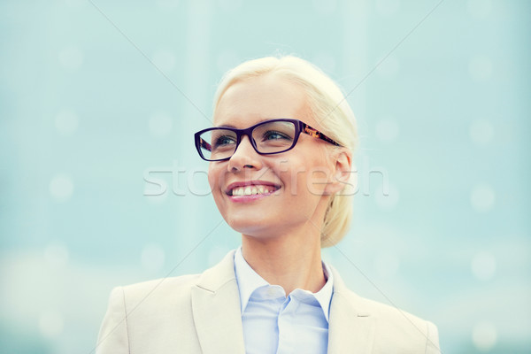 Jovem sorridente empresária prédio comercial pessoas de negócios educação Foto stock © dolgachov