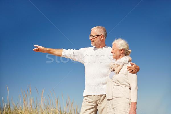 Gelukkig wijzend vinger iets familie Stockfoto © dolgachov