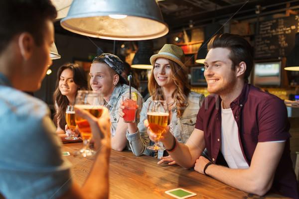 счастливым друзей напитки говорить Бар Паб Сток-фото © dolgachov