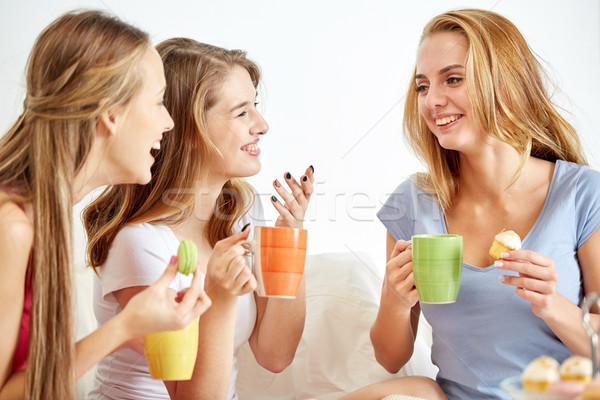 Foto stock: Feliz · las · mujeres · jóvenes · potable · té · dulces · casa