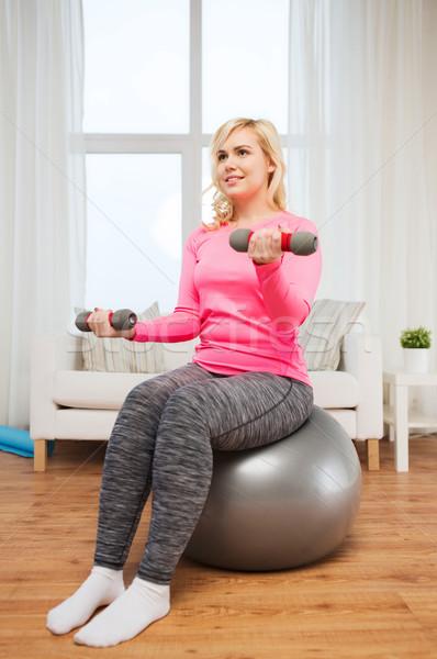 ストックフォト: 笑顔の女性 · ダンベル · 行使 · ホーム · フィットネス · スポーツ