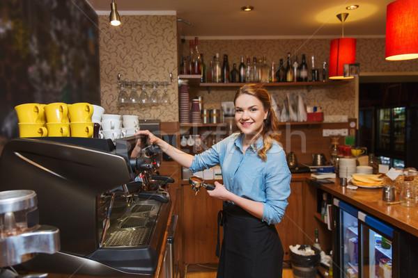 Barista mulher café máquina café Foto stock © dolgachov