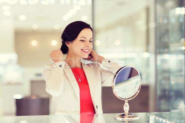 Boldog nő választ ékszerek bolt vásár Stock fotó © dolgachov