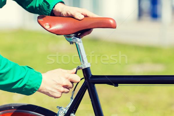 Uomo fissato attrezzi bike sella Foto d'archivio © dolgachov