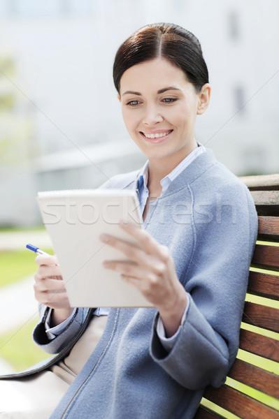 Stock fotó: üzletasszony · olvas · jegyzetek · jegyzettömb · kint · üzlet