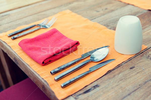 Közelkép evőeszköz üveg szalvéta asztal ezüst étkészlet Stock fotó © dolgachov