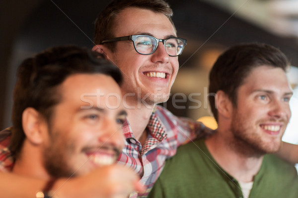 Gelukkig mannelijke vrienden kijken voetbal bar Stockfoto © dolgachov