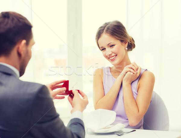 Zdjęcia stock: Podniecony · młoda · kobieta · patrząc · chłopak · pierścień · restauracji