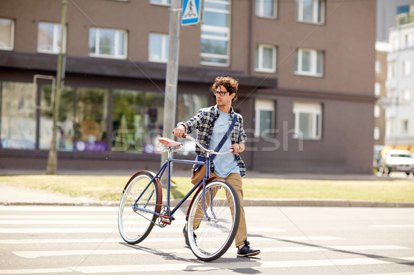 Genç sabit dişli bisiklet insanlar Stok fotoğraf © dolgachov
