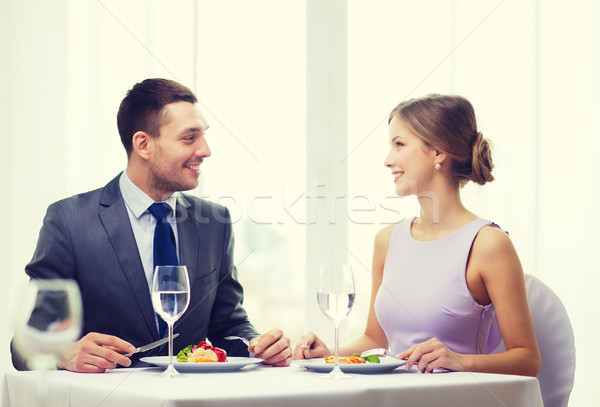 Uśmiechnięty para jedzenie danie główne restauracji wakacje Zdjęcia stock © dolgachov