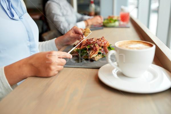 Mujer comer prosciutto jamón ensalada restaurante de comida Foto stock © dolgachov