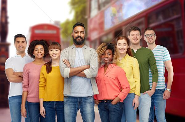 Międzynarodowych grupy szczęśliwych ludzi podróży turystyki różnorodności Zdjęcia stock © dolgachov