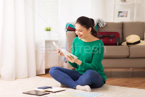 Сток-фото: счастливым · женщину · деньги · путешествия · карта · домой