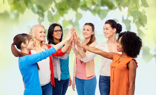 Internationaux groupe heureux femmes high five diversité Photo stock © dolgachov