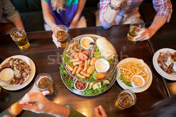 Vrienden eten drinken bar pub recreatie Stockfoto © dolgachov