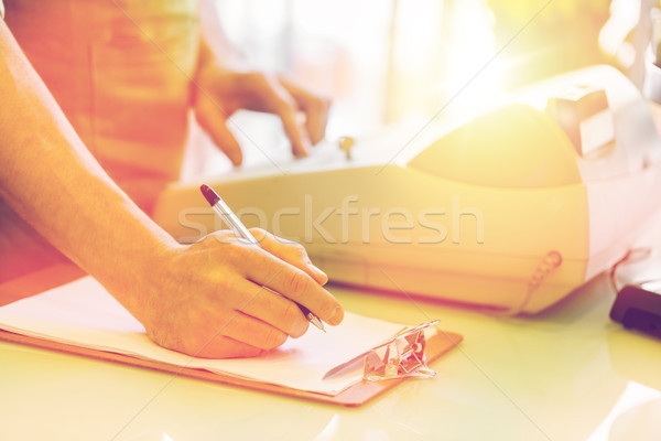Homme presse-papiers personnes vente Photo stock © dolgachov