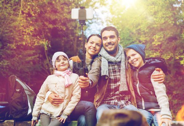 Familia toma hoguera ir de excursión viaje Foto stock © dolgachov