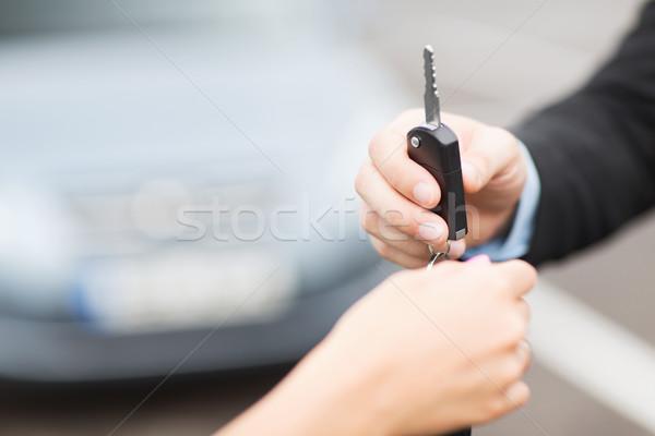 клиентов продавцом ключи от машины транспорт собственность за пределами Сток-фото © dolgachov
